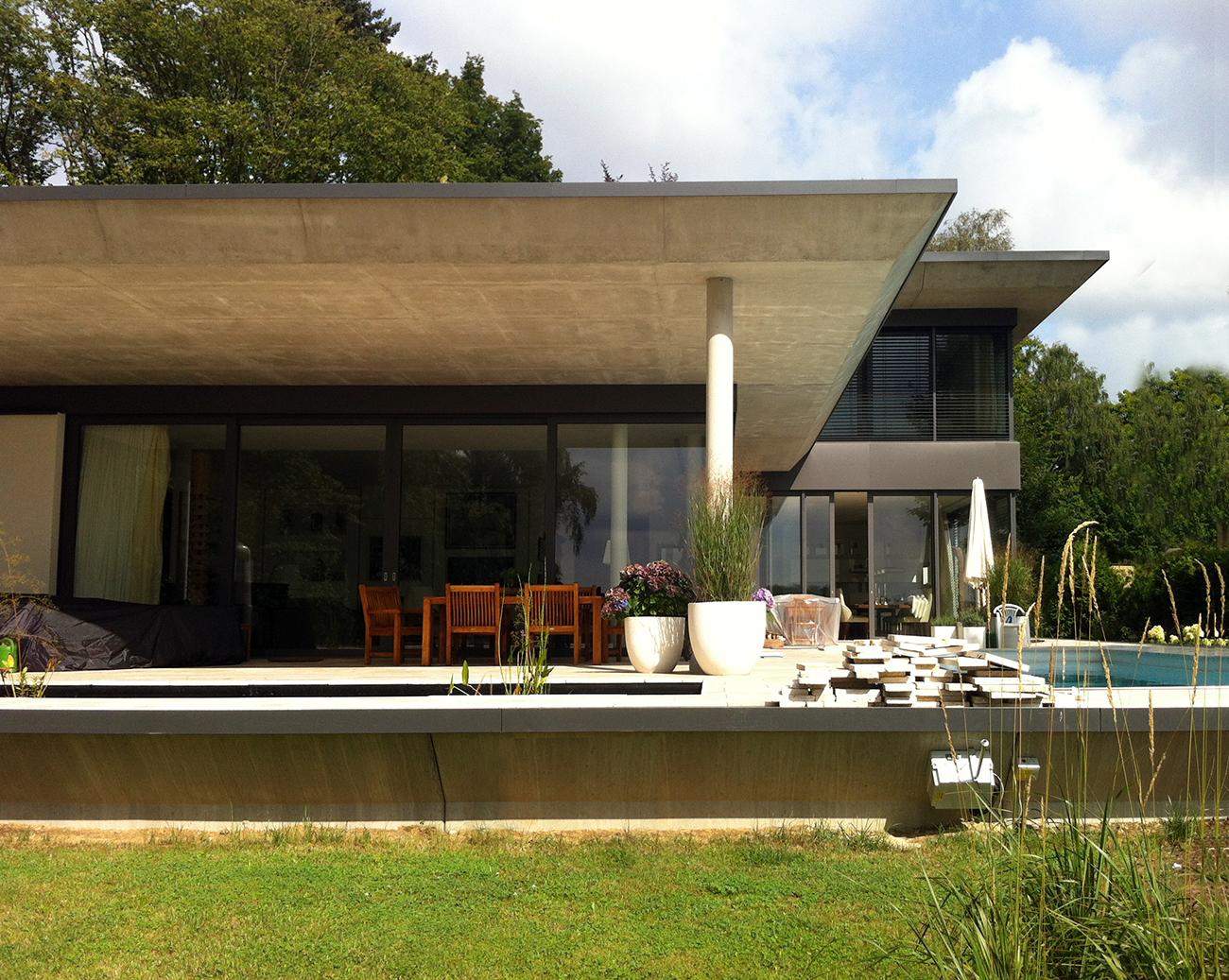 dmw planungsgruppe neubau einer transparenten villa mit einliegerwohnung. Black Bedroom Furniture Sets. Home Design Ideas